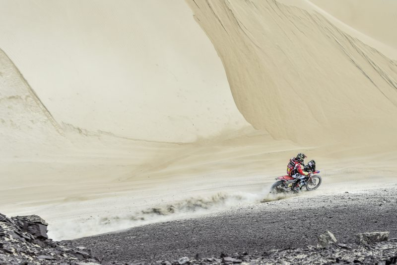 Joan Barreda takes the leadership at the 2018 Dakar Rally. Three Honda CRF450 RALLY  in Stage 2 top five